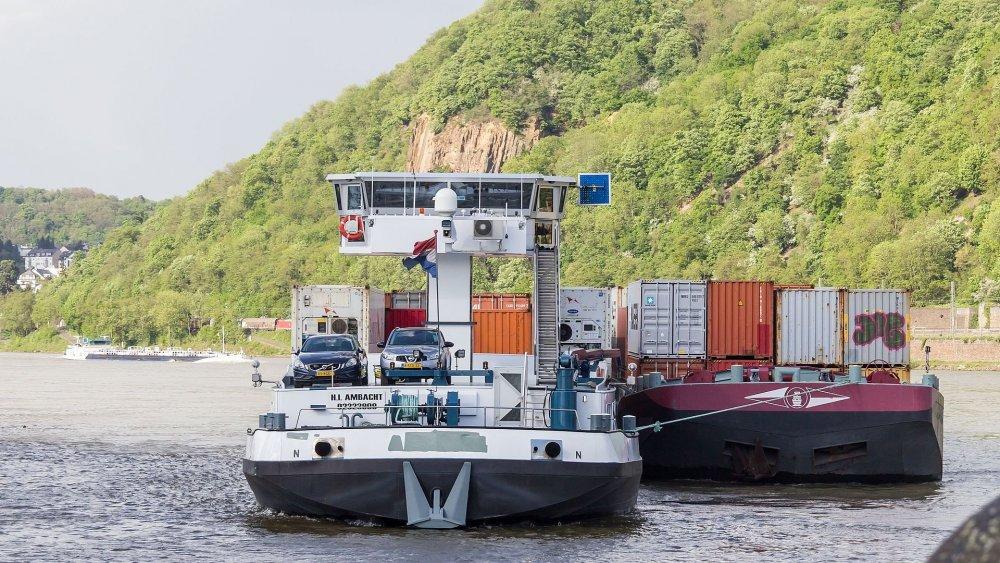 Motorfrachtschiff_Anroma_(ENI_02323909)_mit_Leichter_Quatro_(ENI_02332894)_am_Deutschen_Eck,_Koblenz-8679.jpg