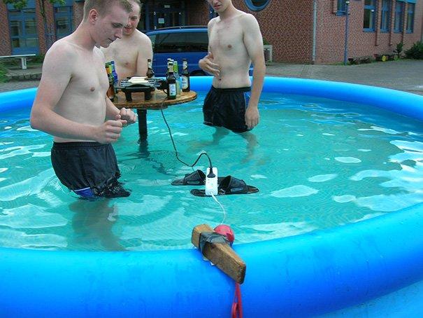 funny-photos-men-safety-fails-pics1.jpg.36aea93201d798a84e084035d64dae01.jpg
