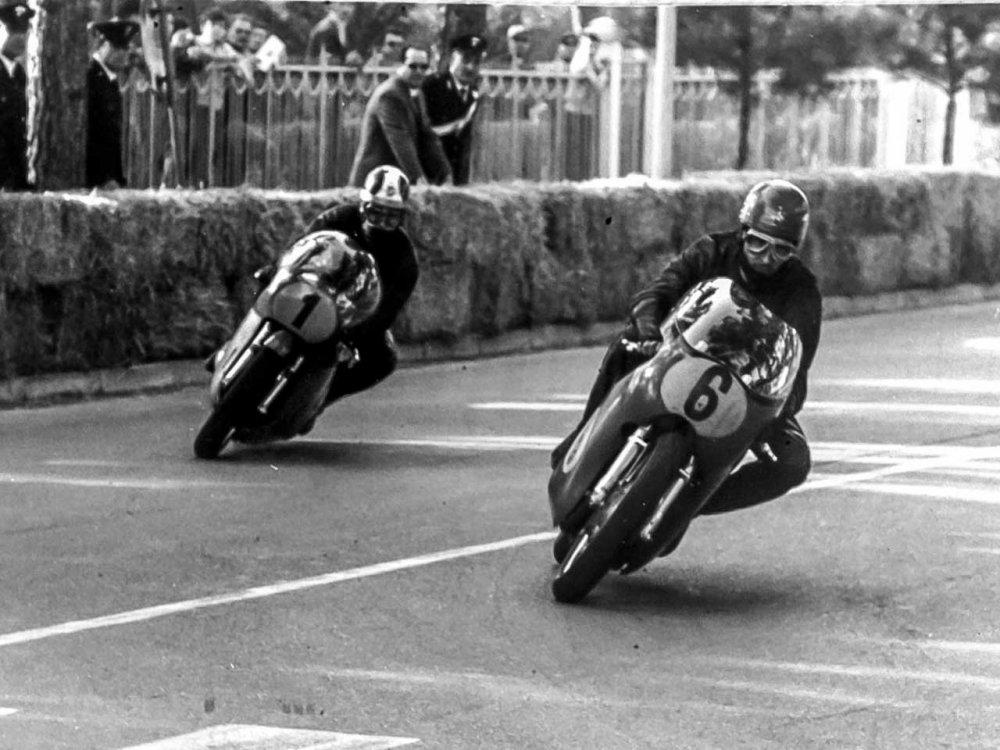 Paton_Storia-Anni60_1969-Angelo-Bergamonti-e-Giacomo-Agostini-Cervia-Campionato-Italiano-500cc.jpg
