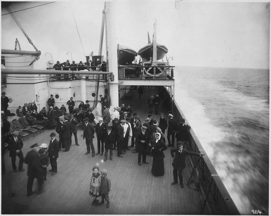 1200px-Uncaptioned_photograph_of_a_ship_deck_that_was_similar_to_the_Titanic_-_NARA_-_278332.jpg