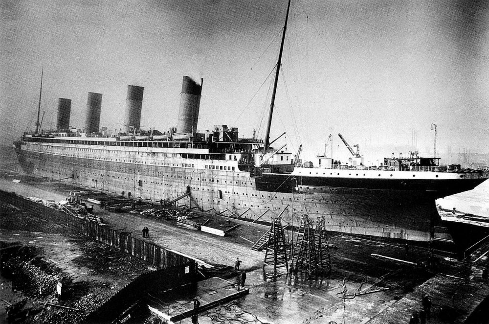 1280px-Titanic_under_construction.jpg