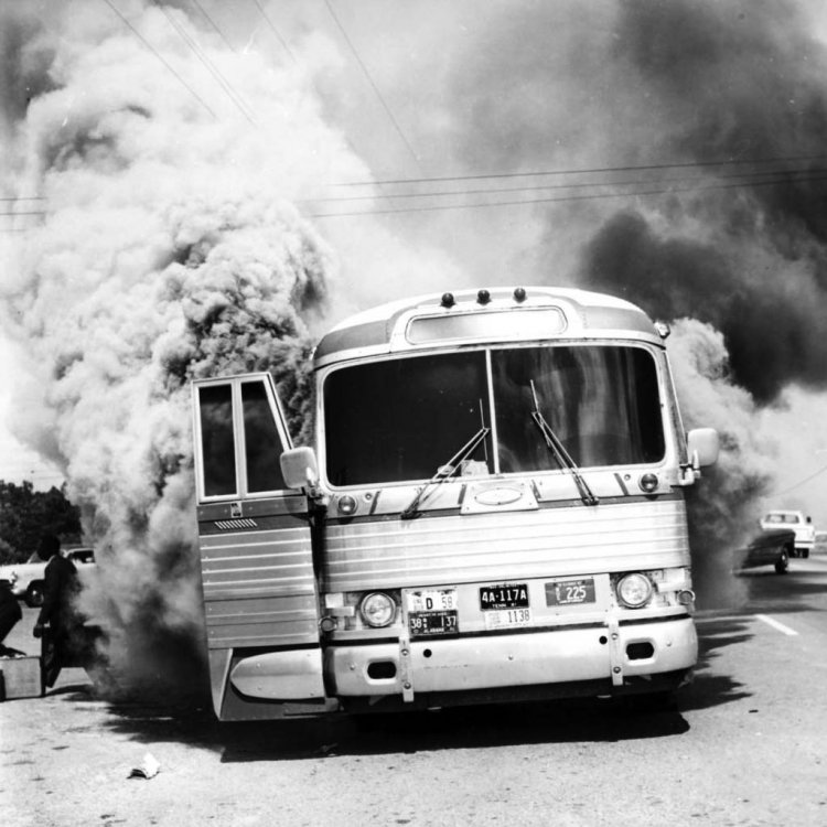 mod_attack_on_Freedom_Riders_traveling_by_bus_Anniston_Alabama_May_14_1961.jpg