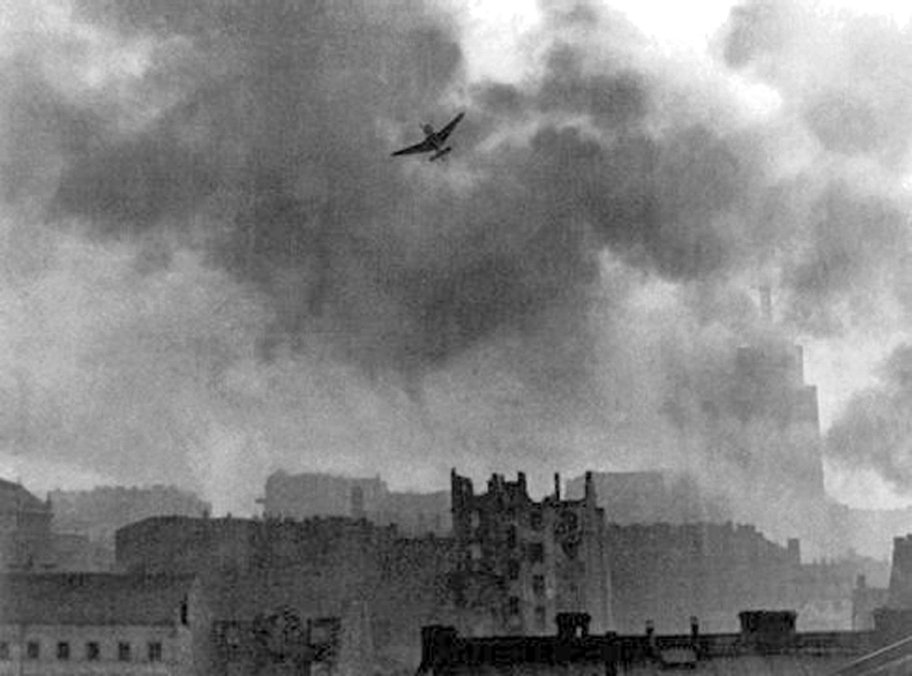 warsaw_uprising_stuka_ju-87_bombing_old_town.jpg