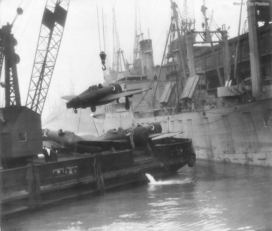 P-47_Hoisted_from_Liberty_Ship_Enroute_to_Airfield_in_England.jpg